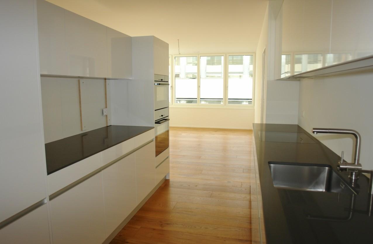 In der Küche, welche Ess- und Wohnbereich in spannender Art und Weise trennt