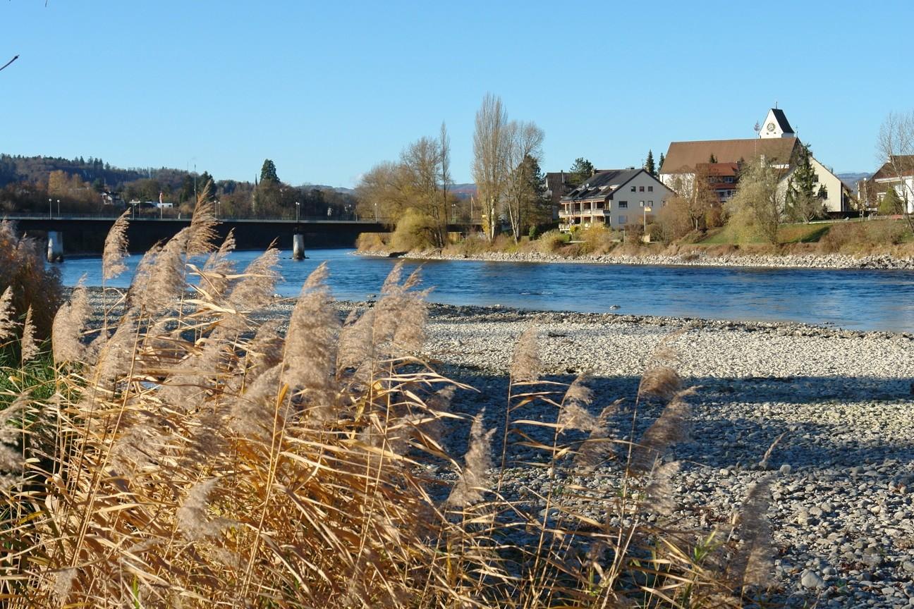 Auf der anderen Rhein-Seite grüsst bereits Deutschland, welches über die nahe gelegene Grenzbrücke sehr rasch zu erreichen ist.