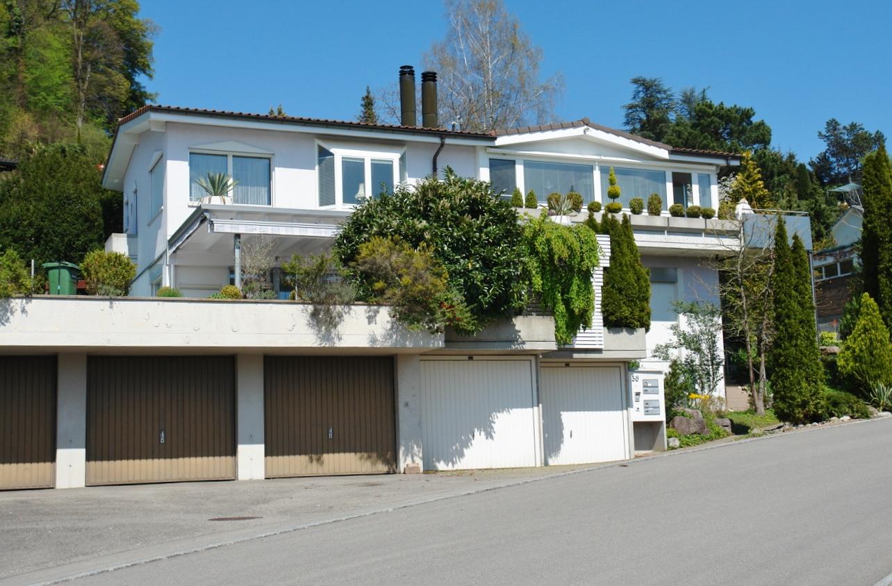 Ansicht von Süden, mit der zum Verkauf stehenden Wohnung im oberen Geschoss, im Dachgeschoss