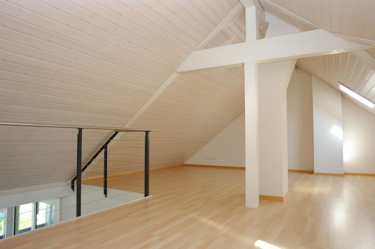 Die spannende, ca. 33 m2 grosse Galerie. Raumhöhe unter Firstbalken 2.60 m.
