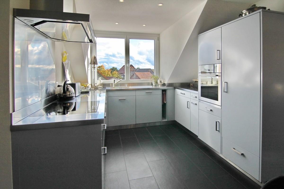 Blick in die Küche mit viel Tageslicht und viel Arbeitsfläche