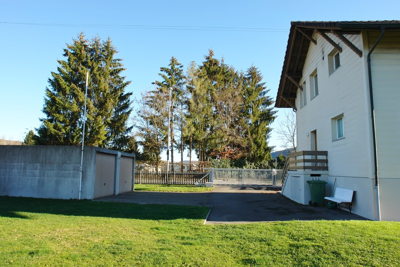 Nochmals Ansicht von Westen, mit den beiden Garage-Boxen