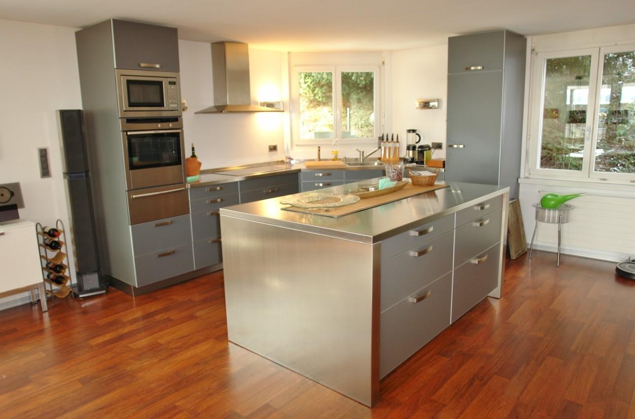 Sehr grosszügig: Küche mit grossem Insel-Korpus