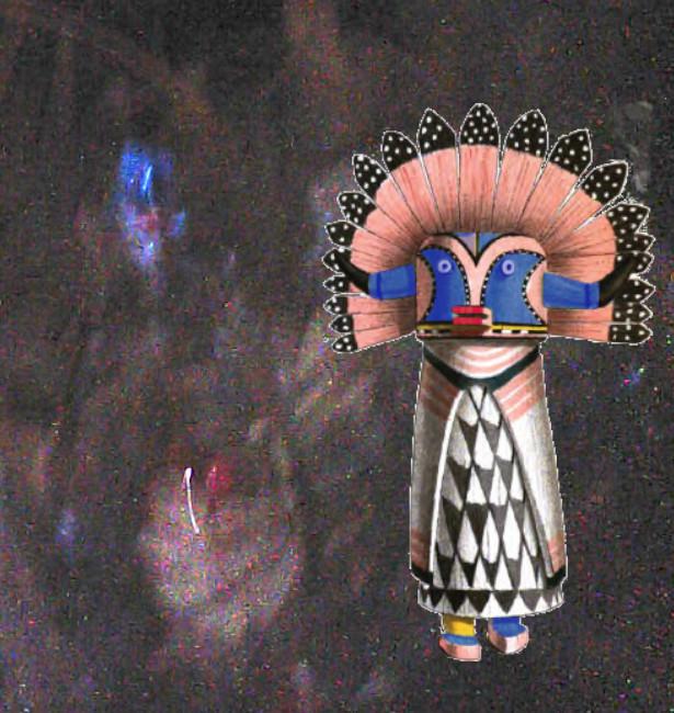 「狭間の人」の写真と「カッチナ人形」との比較