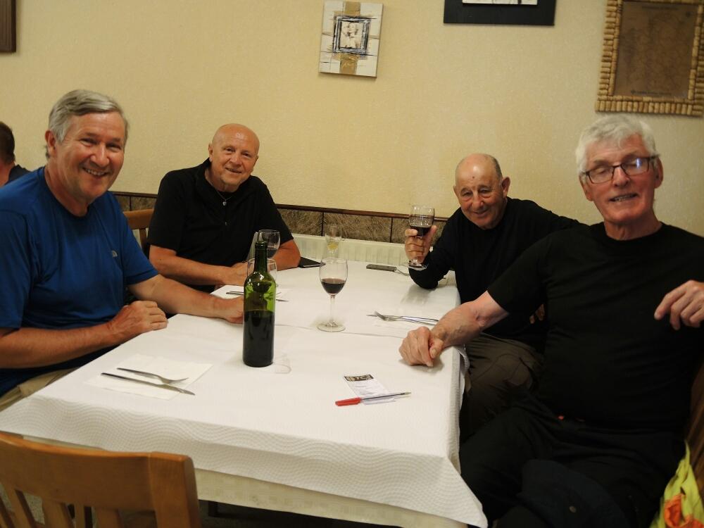 Gemeinames Abendessen mit Alex aus England der schon 16 mal (!) Camino Primitivo gelaufen hat, Dany aus Israel und US Amerikaner aus New York.
