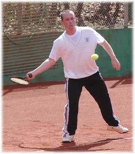 Bild: Dr. Manthey spielte bei den Herren 40 konzentriert und gewann sein Match klar in 2 Sätzen.