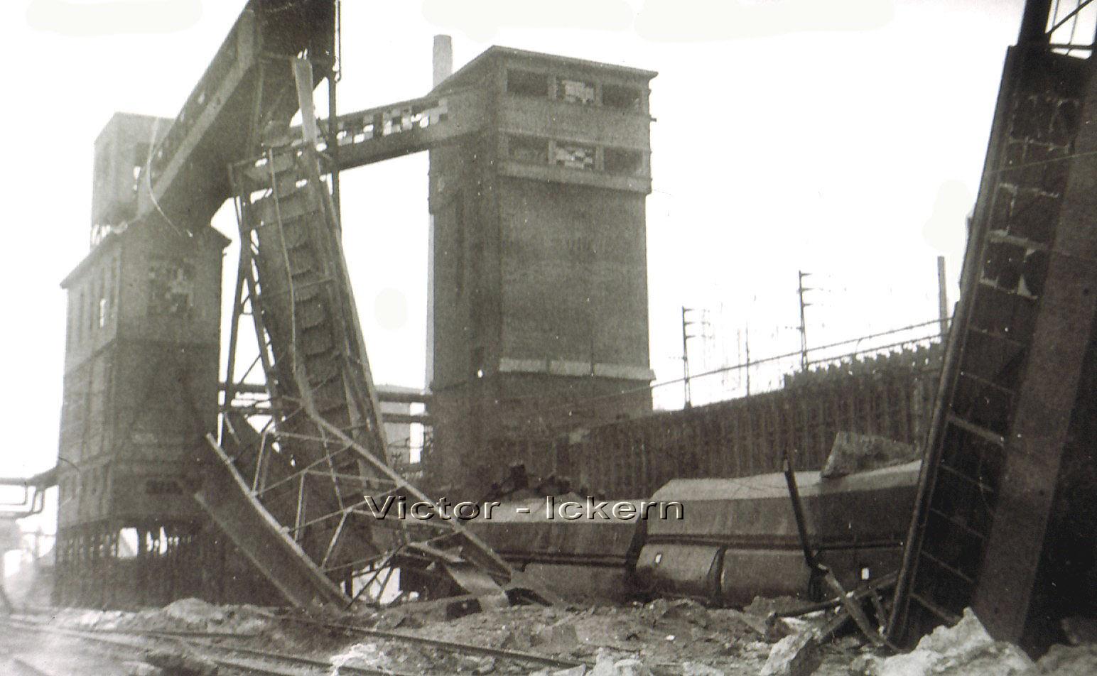 Zerstörte Bandbrücke und entgleiste Talbotwagen