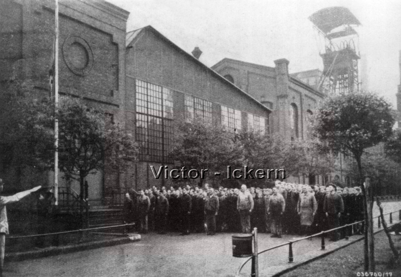 Lehrwerkstatt beim Flaggenhissen   1939
