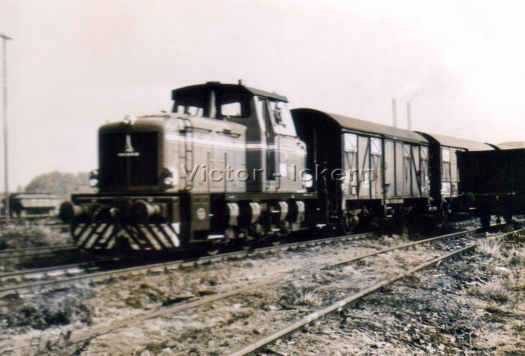 Diesellok mit Güterwagen