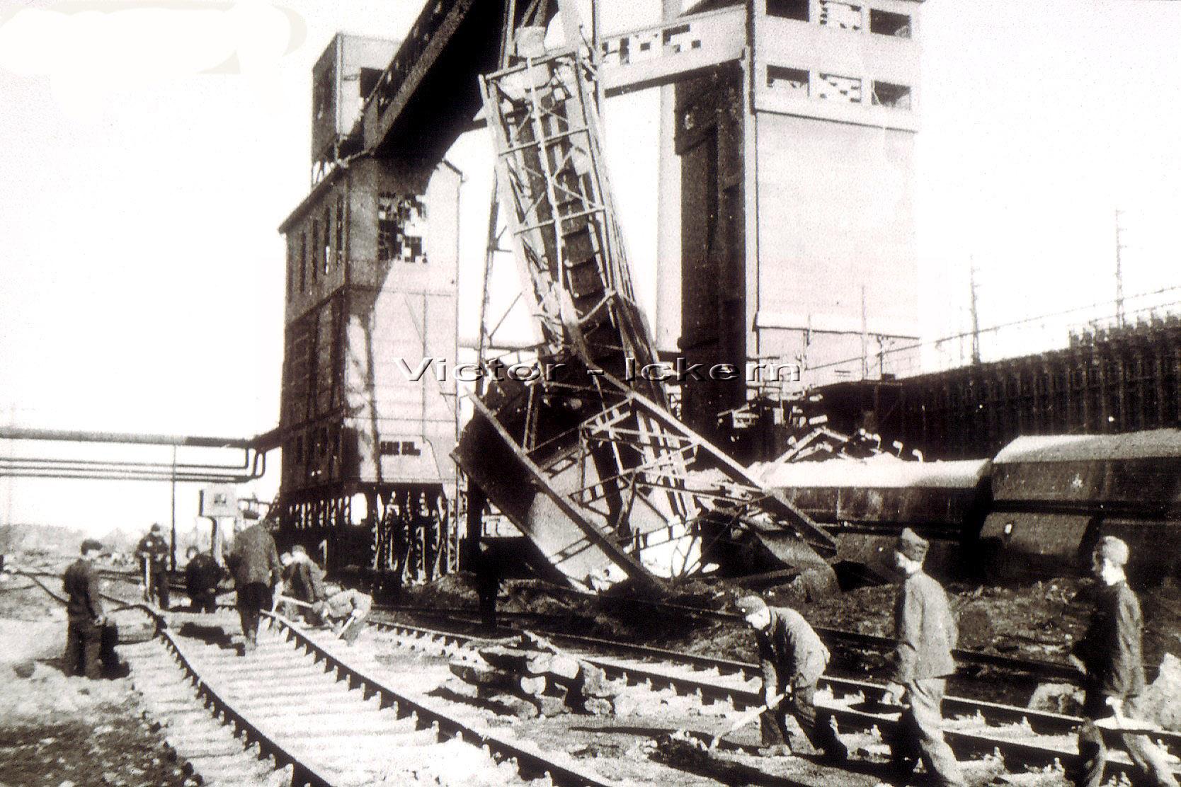 Russen beim Aufräumarbeiten im Zechenbahnhof Victor III/IV nach dem Angriff vom 09.11.1944