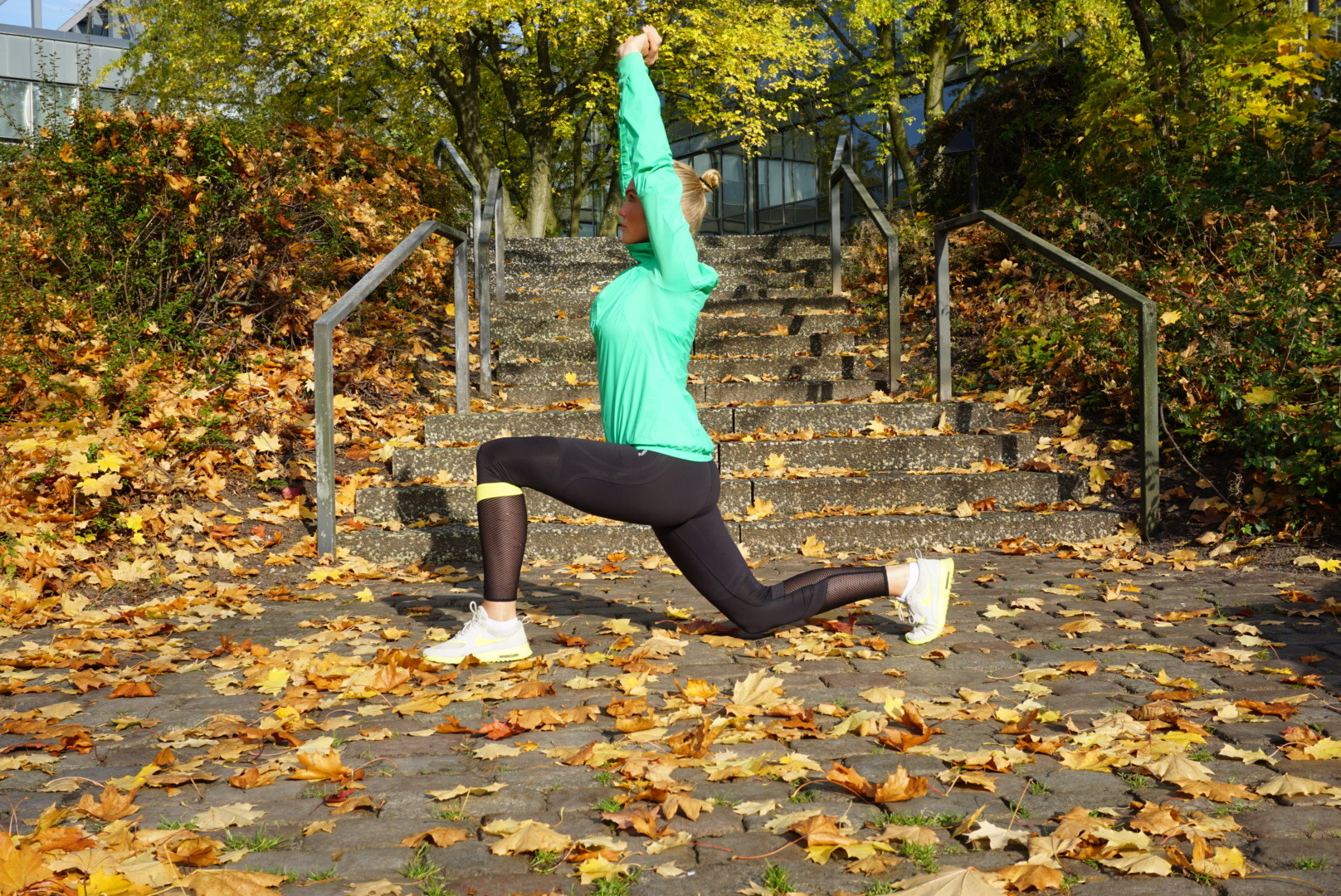 Ausfallschritte / Lunges - besonders anspruchsvoll, wenn sie gesprungen werden. Gewicht auf die Ferse verlagern, das hintere Knie ist schön tief. Oberkörper aufrecht, Schultern zurück. Achte auf einen stabilen Stand + finde immer wieder deinen Schwerpunkt