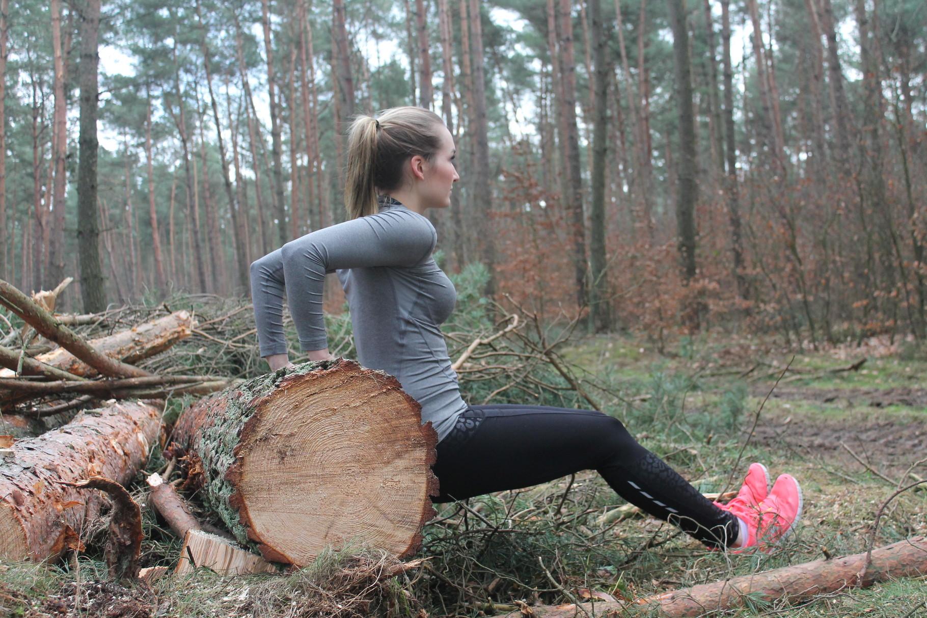 Oder nutze den Baumstamm (Parkbank, etc.), um Dips zu machen.  Aus dieser Position hochdrücken, bis der Arm gestreckt ist, dann wieder beugen bis 90Grad. Beine lang oder ein wenig anwinkeln. Ellenbogen nach hinten führen und mit dem Po dicht an den Stamm.