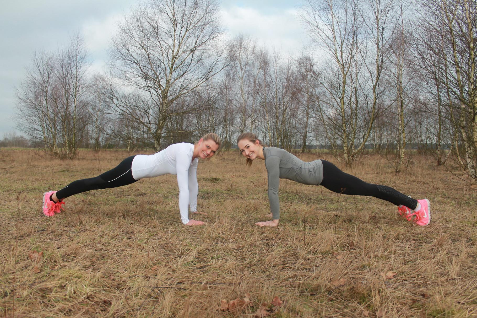 Die Plank ist eine unserer liebsten Übungen für eine starke Rumpfmuskulatur.  Versuch doch mal dich in dieser Position 30 Sekunden zu halten. Nach und nach kannst du die Zeit natürlich verlängern.