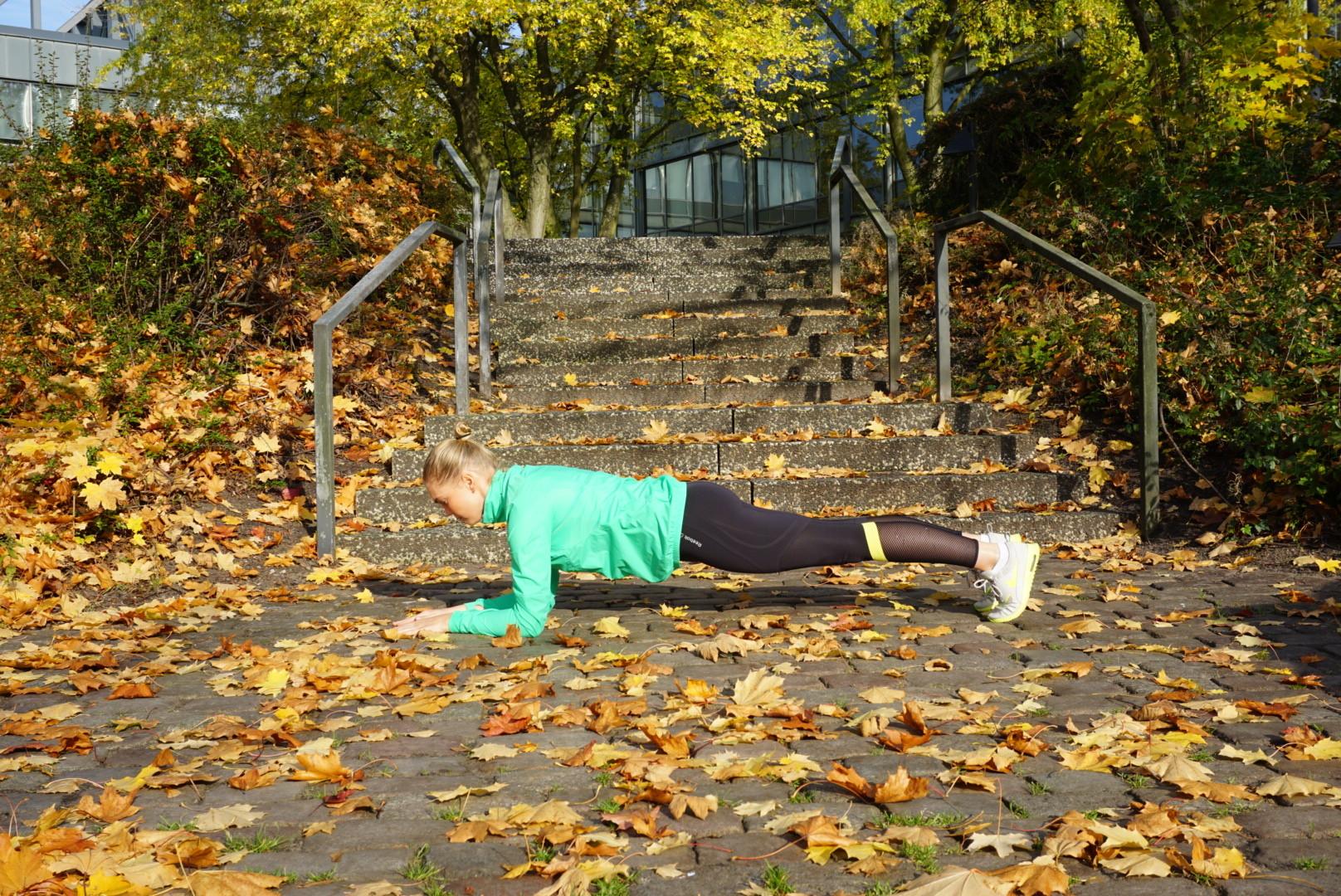 Plank easy & effektiv! Eine super Übung, insbesondere für den Bauch, den unteren Rücken und den Po. Achtung, Körperspannung ist gefragt!