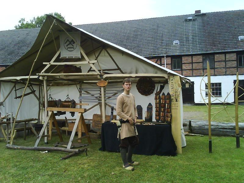 Paul vor des Holzkünstlers Hütte