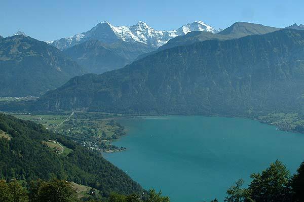 Mit dem E-Bike auf Tour um den Thunersee: Blick auf Interlaken, Eiger, Mönch und Jungfrau