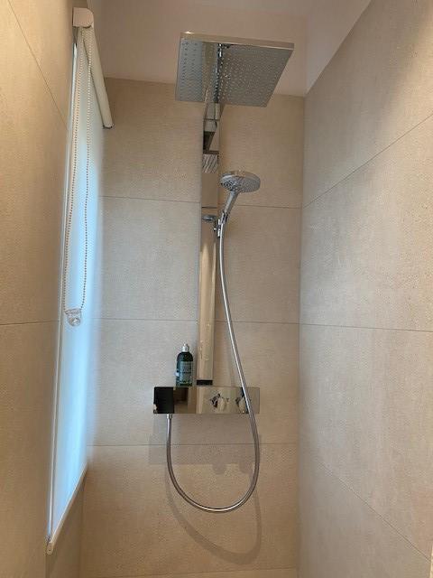 Wo vorher die Toilette war, fanden wir Platz für eine Dusche.