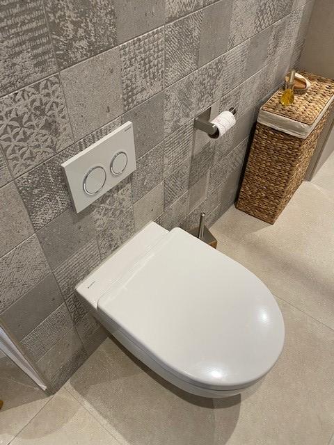 Die neue Toilette ist spülrandlos und damit viel besser sauber zu halten.