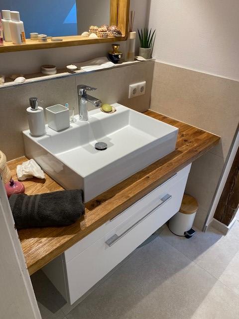 Ein neuer Waschplatz mit viel Stauraum. Die Waschtischplatte haben wir von einem Tischler maßfertigen lassen.