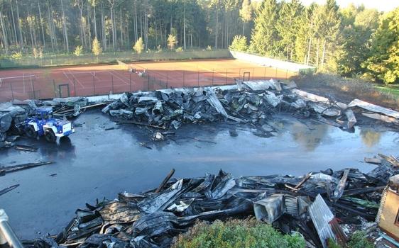 Ein Blick auf die zerstörte Halle (Foto: Feuerwehr Quickborn)