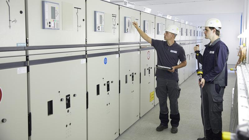 Kontrolle der Schutzgeräte in einem Umspannwerk