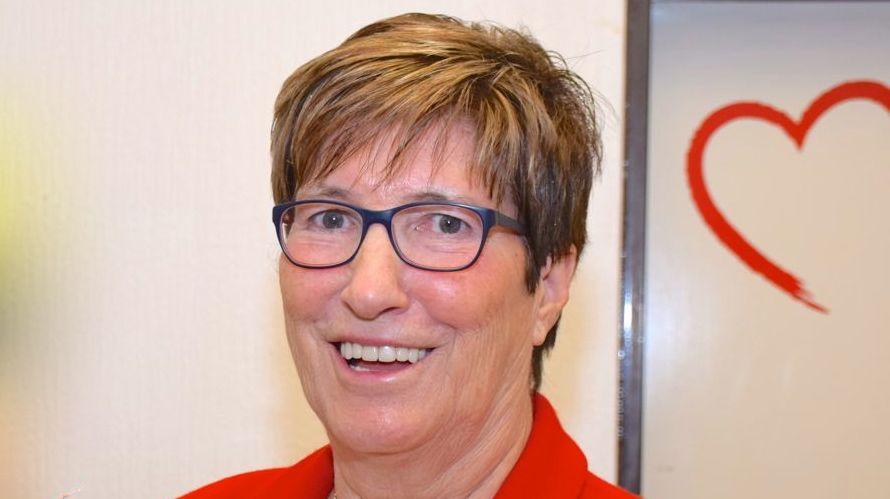 Die AWO-Vorsitzende Elke Schreiber kündigt die Gedenk-Aktion an
