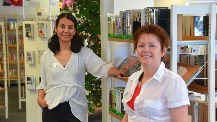 Emine Ulusan und Kristina Preiß, das Leitungsduo der Stadtbücherei, bieten einen Bestell- und Abholservice an