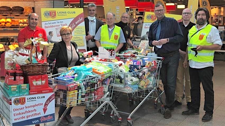 Nur ein kleiner Teil der Spenden: LIONS-Präsident Robert Hüneburg (ganz rechts) freut sich zusammen mit seinem Team und Christian Rohde von der Diakonie (3. v. l.) sowie famila-Warenhausleiter Detlev Bösener (3. v. r.) über mehr als 20 prall gefüllte Eink