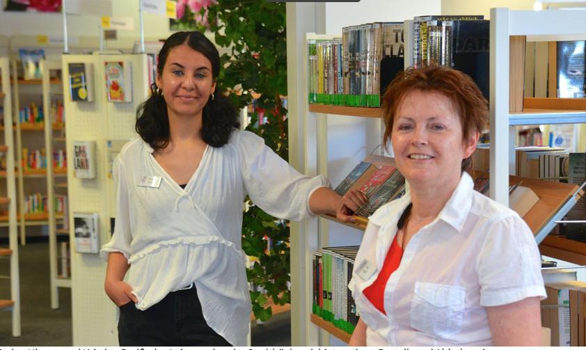 Die Bücherei-Leiterinnen Emine Ulusan und Kristina Preiß freuen sich auf viele Besucher zurm Bücher-Flohmarkt