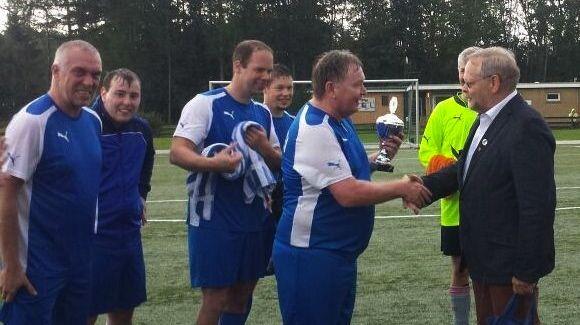 Bürgervorsteher Henning Meyn überreichte den Pokal an die Mannschaft der Polizei.