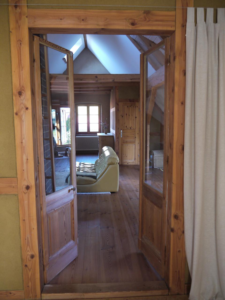 Blick aus dem grossen Schlafzimmer in die Kaminlounge