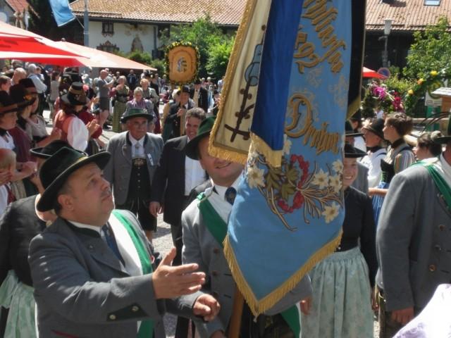 Unsere Gebirgstrachtler mit Fahne