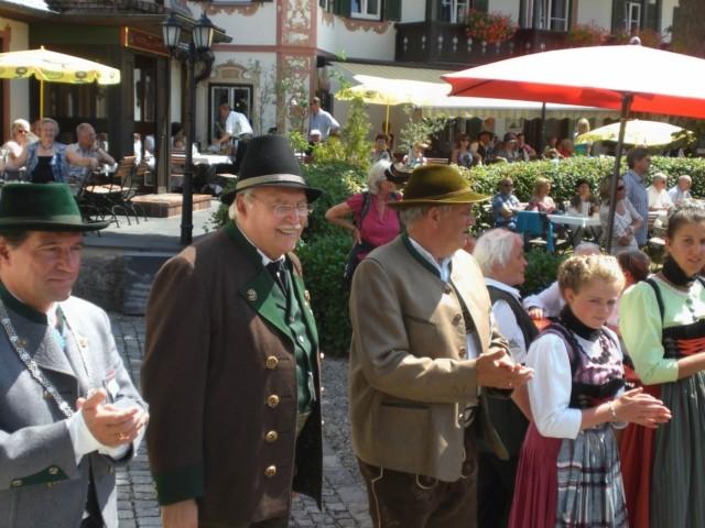 Bürgermeister Schnitzenbaumer mit Ehrengästen Karl Wiedemann und Karl-Heinz Knoll