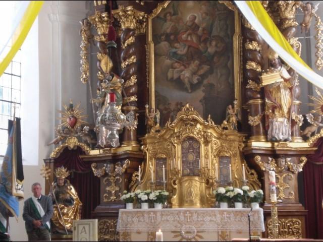Vorbereitung zur Messe in der völlig neu renovierten St. Sixtus-Kirche
