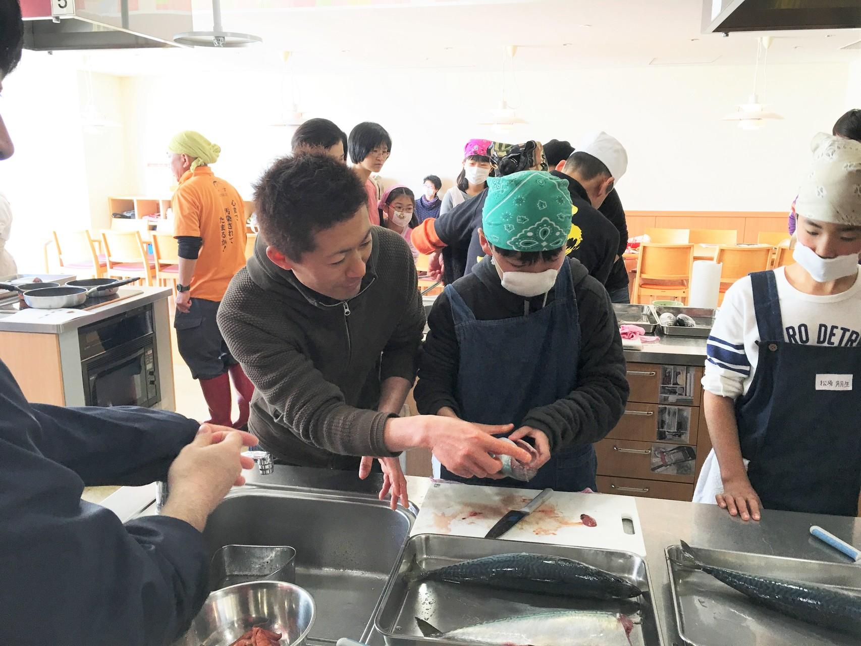 ヤマヤの加藤さん(左)の指導を受ける生徒。