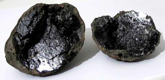 ... schwarz glänzender Kristall im Inneren ...