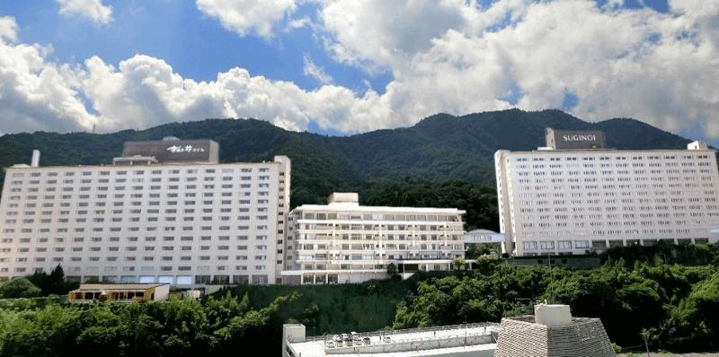 別府の街から見上げた「杉乃井ホテル」