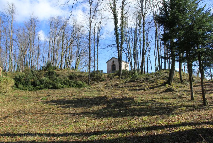 au loin la chapelle
