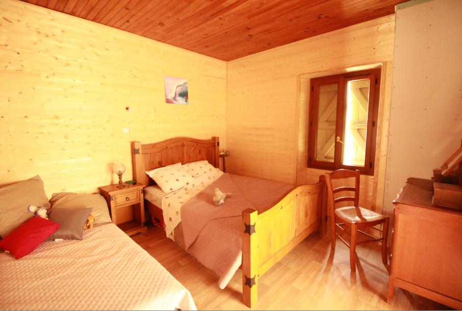 chambre coté ouest, confort chalet, commode, petite coiffeuse