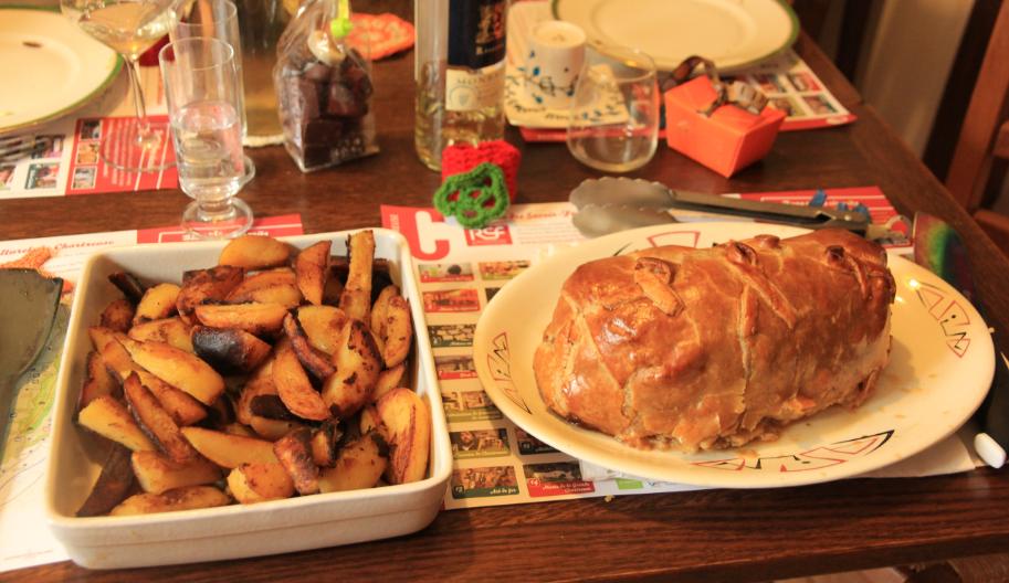 flet de bœuf en croûte, pommes de terres frites au four de la cuisinière à bois pour noël