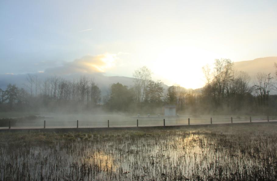 bientot lever du soleil sur le plan d'eau Rivier'Alp