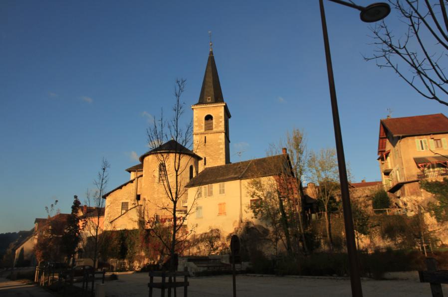 soleil sur l'Eglise du village Les Echelles