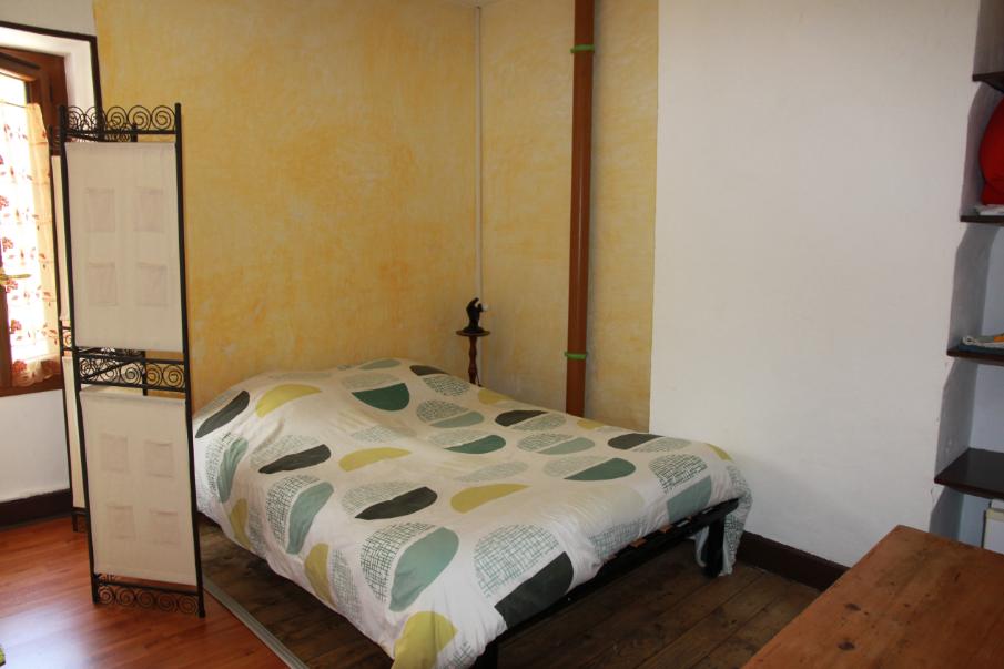 grand lit supplémentaire pièce séparée (douche commune)