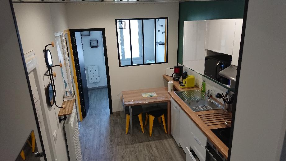 Entrée, cuisine et salon au fond