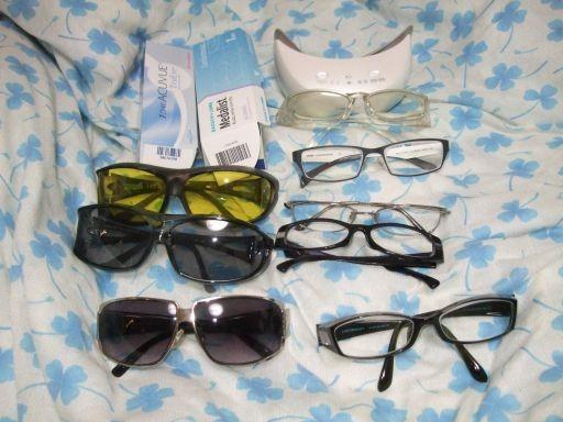 メガネが不要になるどころか、術後は山のようにメガネとコンタクトが必要に。