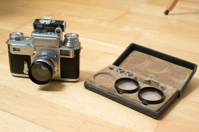 Contax III-Kamera mit Messsucheraufsatz und Vorsatzlinse für Makroaufnahmen