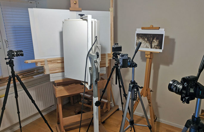 Aufbau mit Kameras und Stativen vor der Staffelei mit dem Gemälde