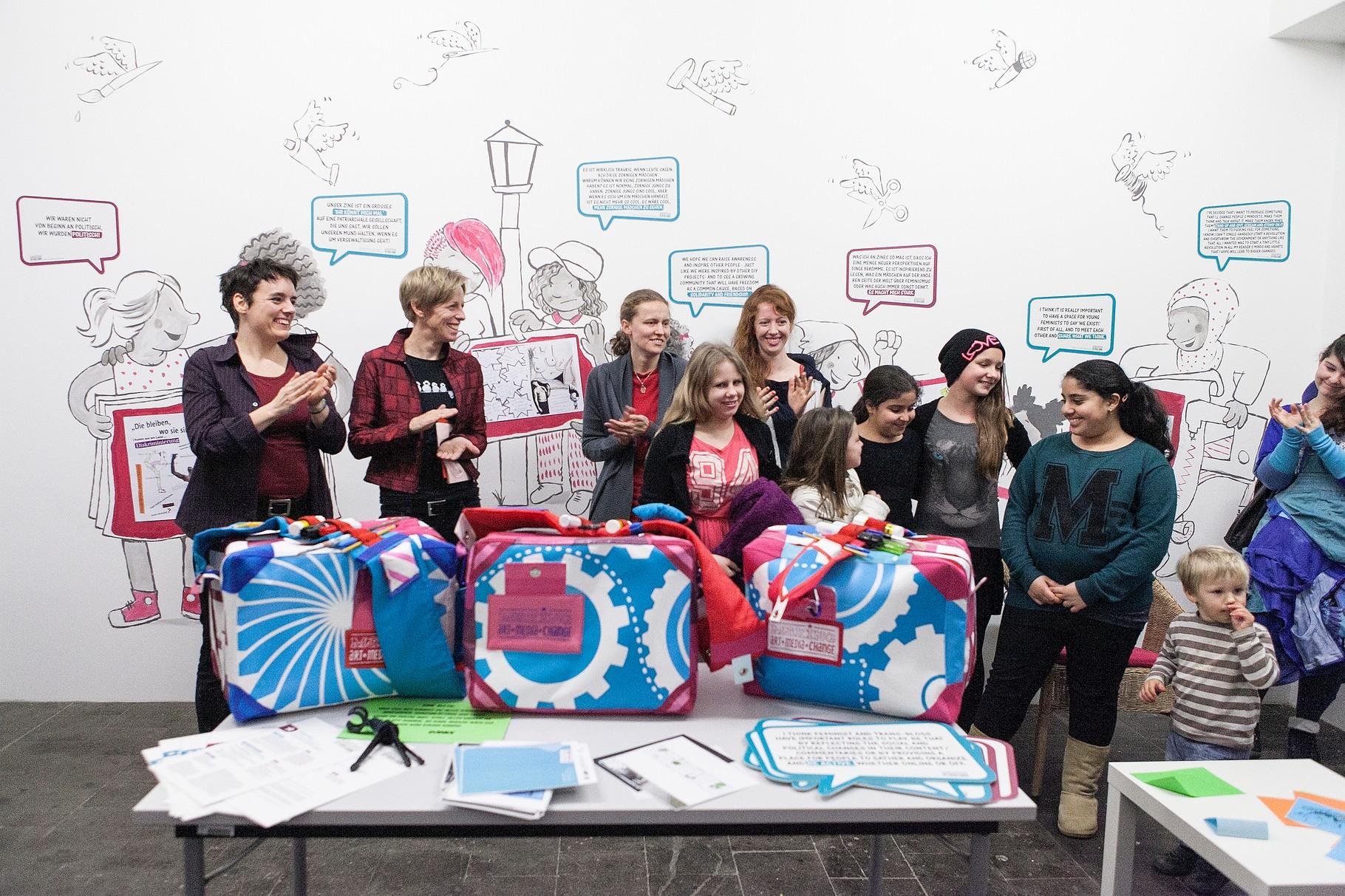 Team mit Teilnehmerinnen des Grrrls Camp (Foto: Pia Streicher)