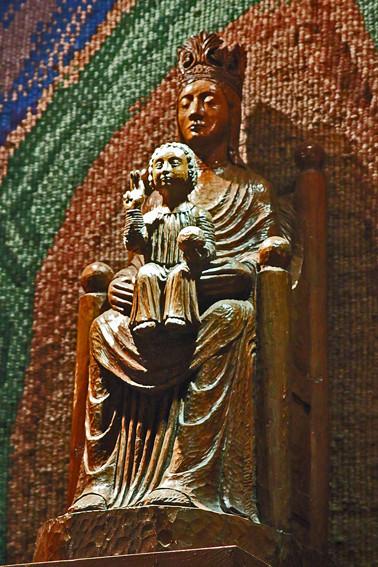 Notre Dame de Sous Terre- vierge noire-Crypte de la basilique de Chartres ( Eure et Loir)