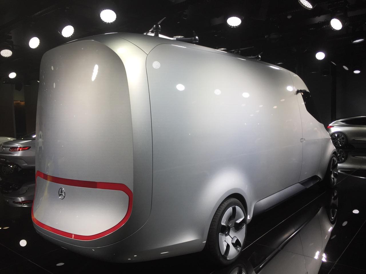Mercedes autonom varevogn med droner